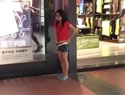 Batendo siririca no shopping