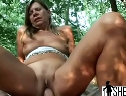 Gorgeous mature lady gets her cunt drilled outdoors
