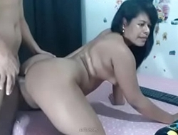 Esposa safada chifrando o marido levando gozada na cara